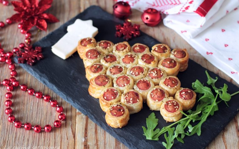 Albero di sfoglia con wurstel – antipasto di Natale