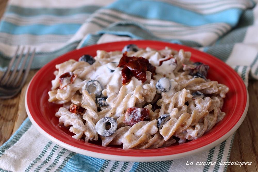 pasta con ricotta pomodori secchi e olive facile