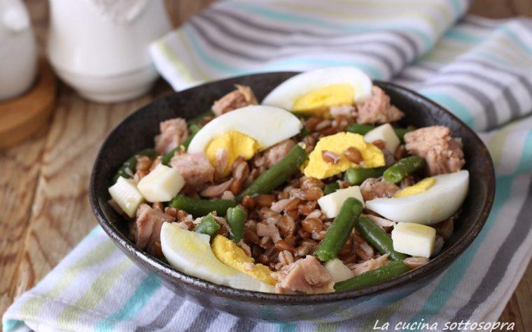 Insalata di farro fredda con tonno uova e fagiolini