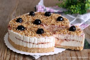 cheesecake amarena e granella di nocciole