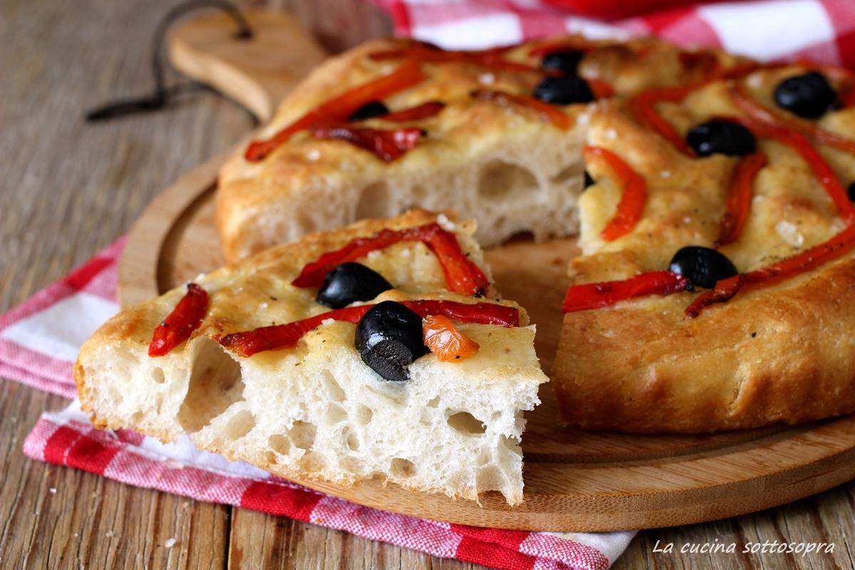 focaccia ai peperoni e olive la cucina sottosopra