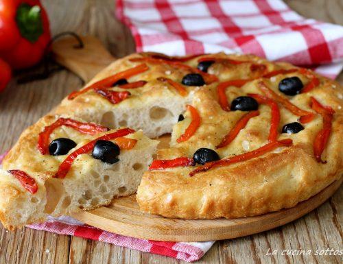 Focaccia ai peperoni e olive – con e senza Bimby