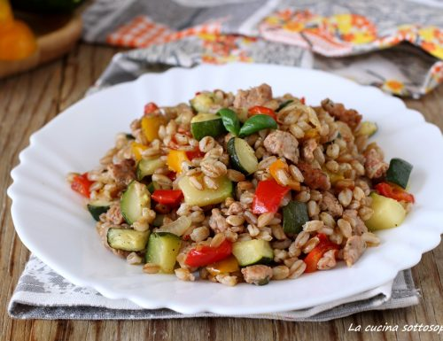 Farro con zucchine peperoni e salsiccia