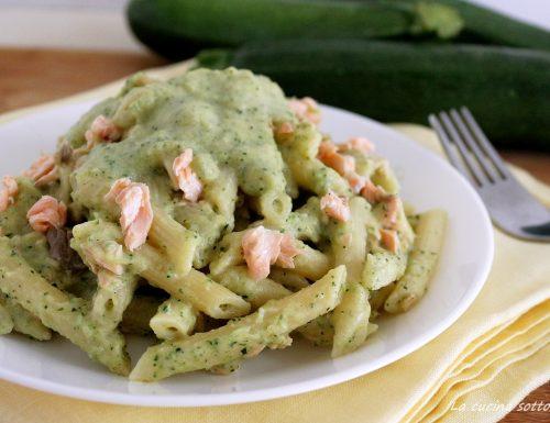 Pasta con crema di zucchine e salmone