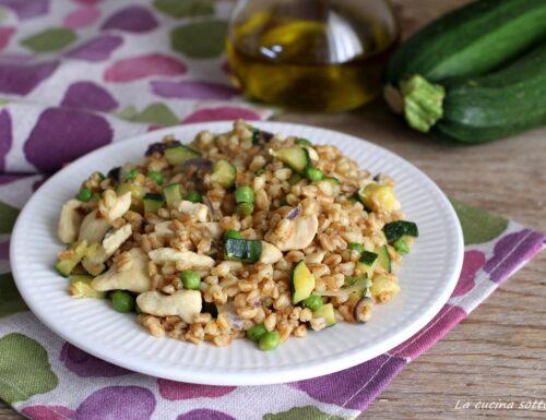 Insalata di farro con zucchine pollo e piselli