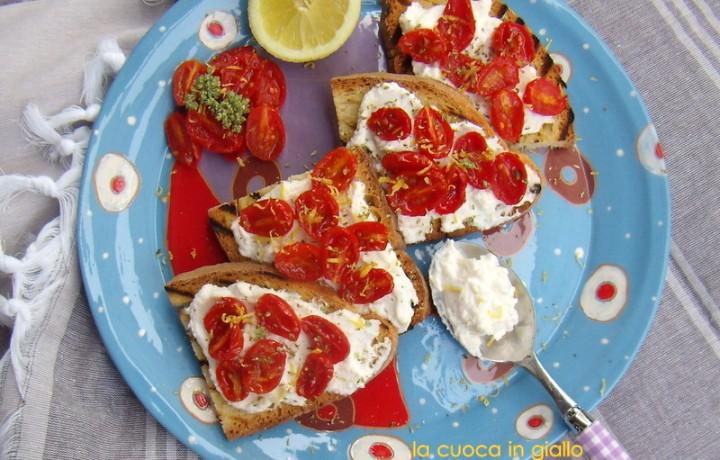 Crostoni di ricotta al limone e pomodorini caramellati