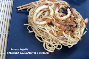 Yakisoba con calamari e verdure