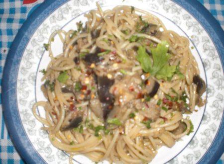 Spaghetti melanzane prezzemolo e peperoncino