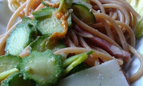 Spaghetti con chitosano,  zucchine e parmigiano
