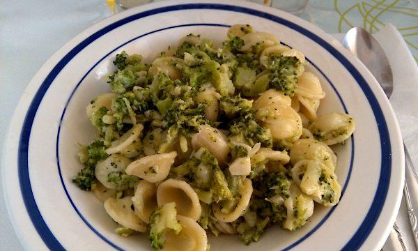 Orecchiette con broccoletti, acciughe e pinoli