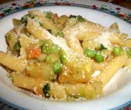 Pasta con patate, carote e piselli