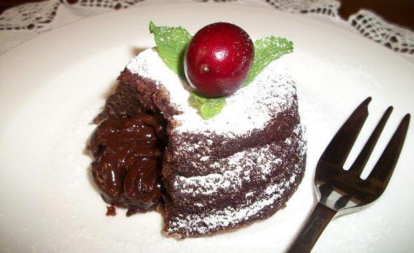 Tortino al cioccolato cremoso, menta e cannella