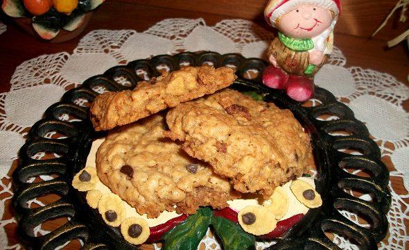 Biscotti di mela, avena e gocce di cioccolato