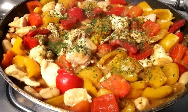 Bocconcini di pollo, peperoni e fagioli