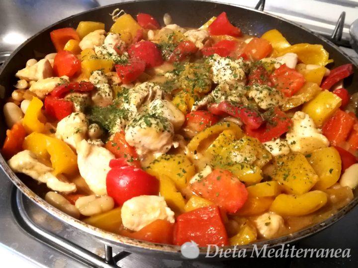 Bocconcini di pollo con peperoni e fagioli