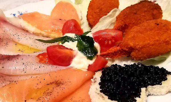 ANTIPASTO VALENTINO: Pesce spada e Salmone affumicato – Tartine al Caviale e Salmone – Chele di Granchio