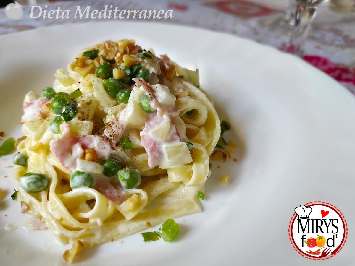 Tagliatelle con panna, prosciutto, piselli e granella di noci by MIRYS food di Dieta Mediterranea