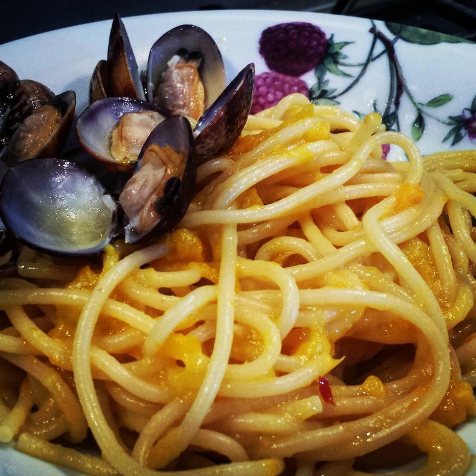 Le ricette della Lady: spaghetti con salsa di vongole e crema di peperone giallo