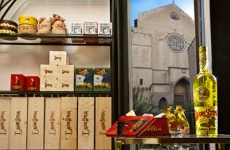 Aria di Natale nel flagship store Strega Alberti: strenne natalizie ed eleganti confezioni regalo personalizzabili