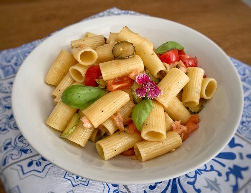 Insalata di pasta zucchine e salmone