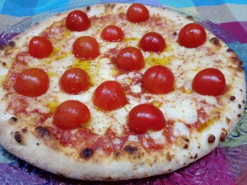 Pizza ai tre pomodori con mozzarella fior di latte