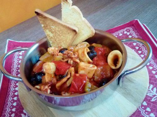 Padellata di peperoni totani e olive nere