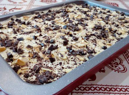 Tiramisù al pistacchio con mandorle e cioccolato fondente