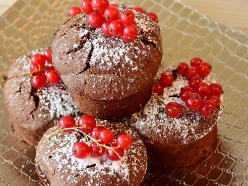 Muffin al triplo cioccolato con nutella e ribes