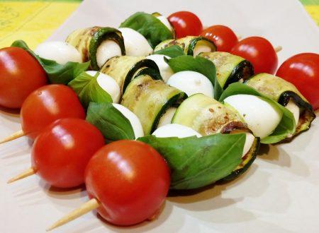 Spiedini di zucchine mozzarelline pomodorini e basilico