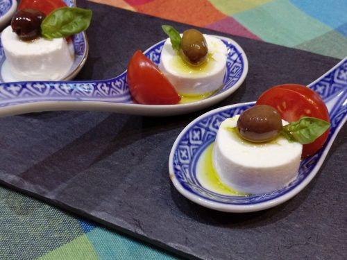 Cucchiai di caprino olive taggiasche e pomodorini