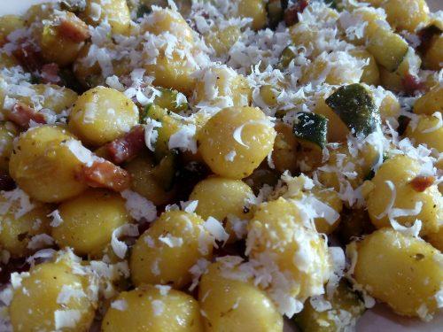 Gnocchetti di patate zucchine speck e ricotta salata