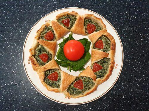 Ghirlanda di Natale con ricotta e spinaci