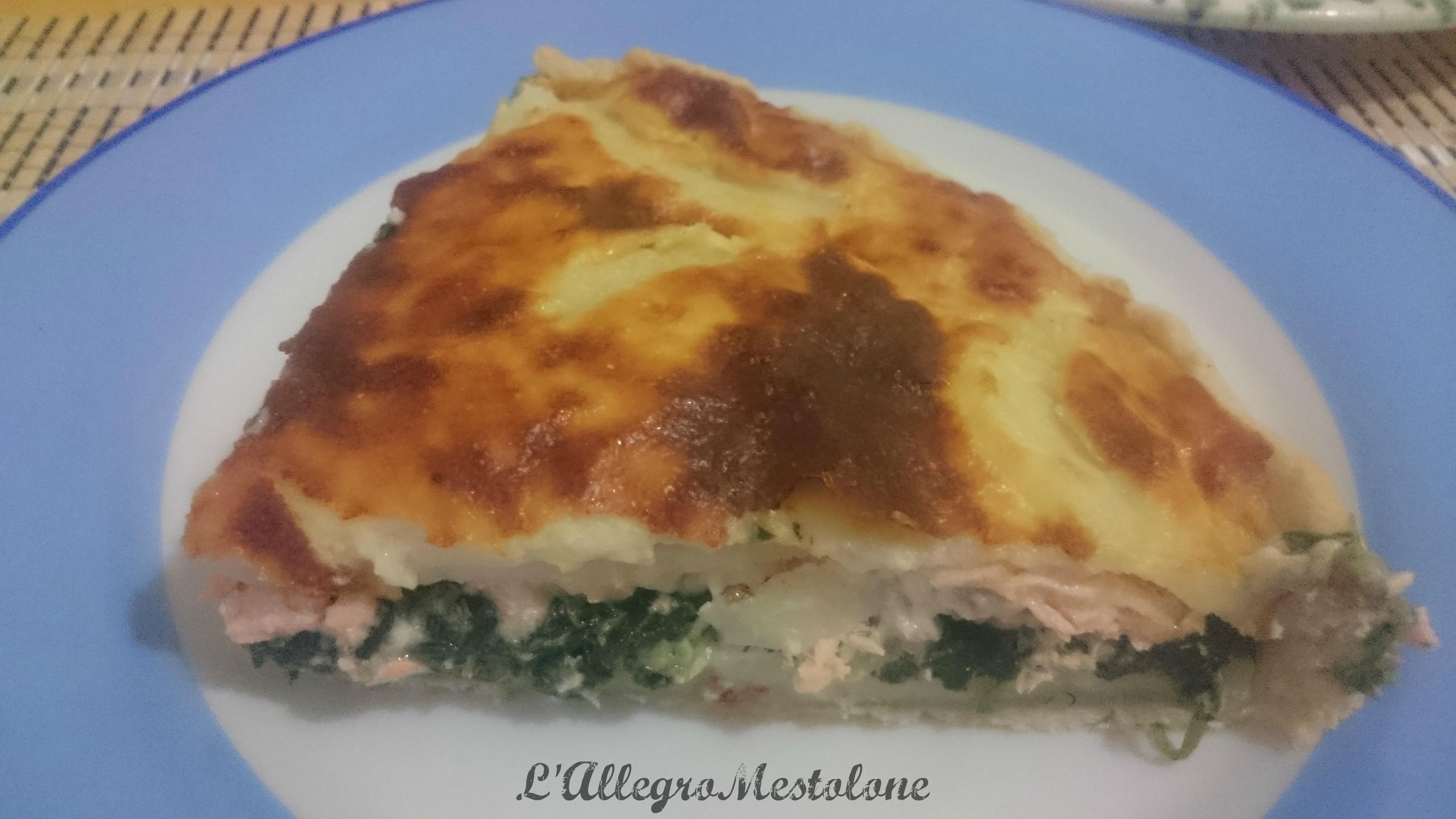 Torta salata con spinaci, salmone e patate