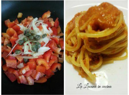 Spaghetti con peperoni e capperi