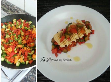 Pasta vegana con zucchine, carote e peperoni