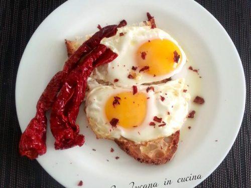 Uova fritte con i peperoni cruschi