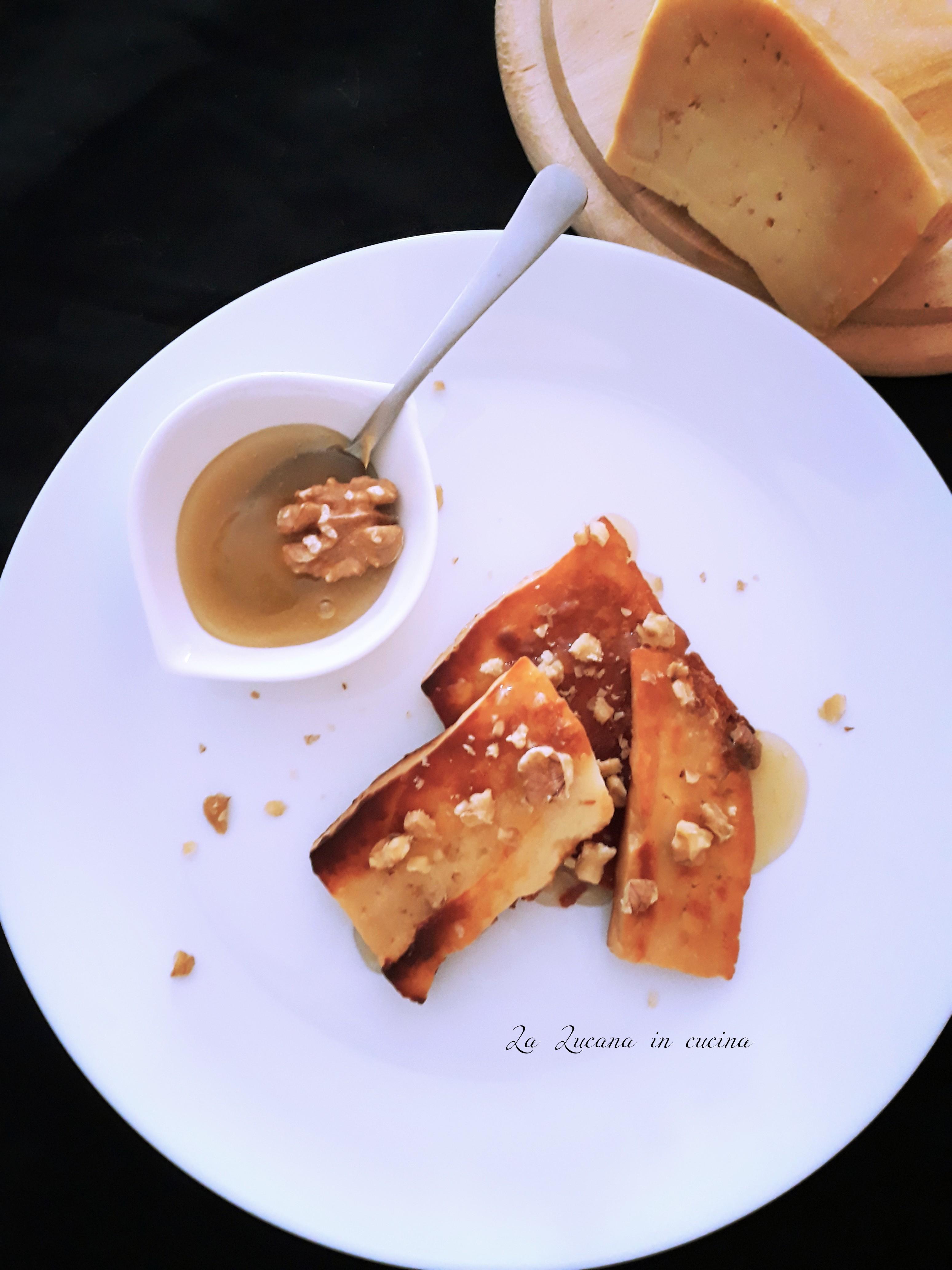 Canestrato di Moliterno alla piastra con miele e noci