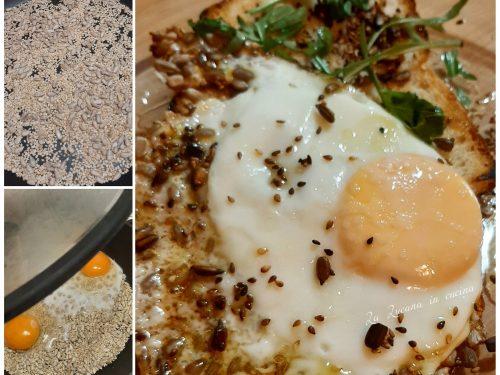 Uova in padella con semi di sesamo e girasole