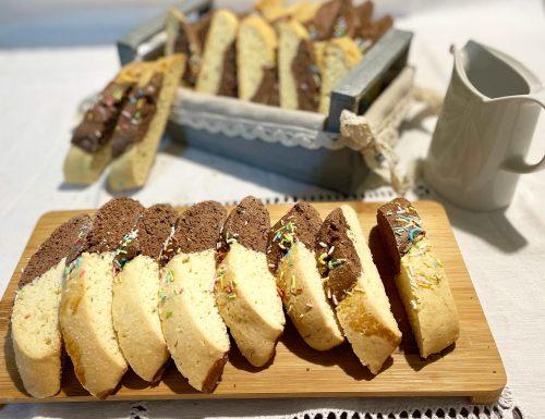 Biscotti tagliati bicolore per il latte