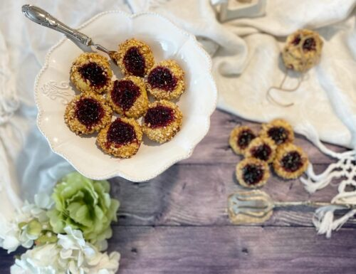 Biscotti con granella di nocciole e marmellata