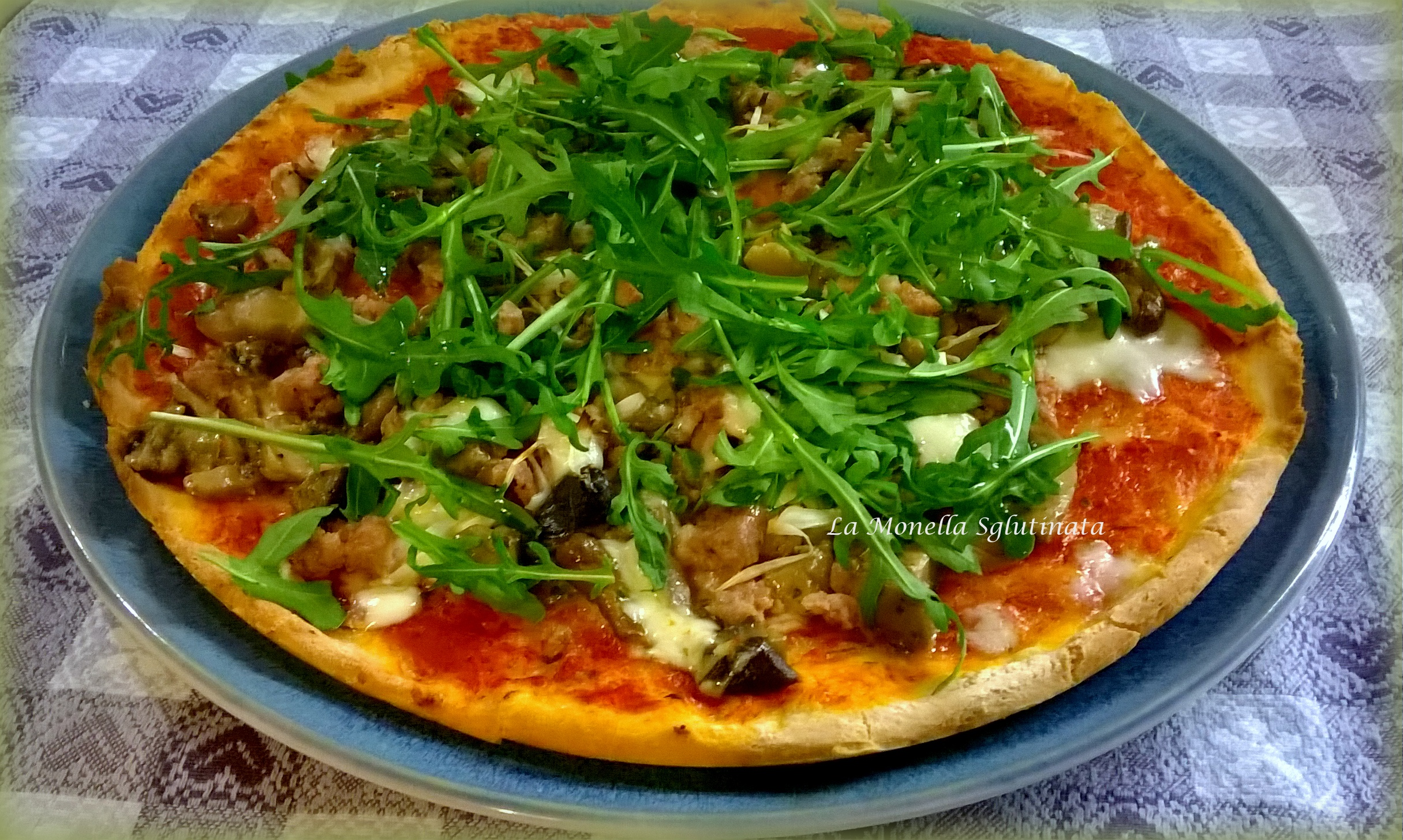 Pizza salsiccia funghi cipollotti e rucola