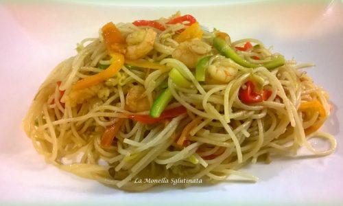 Spaghetti di riso  integrale con verdurine e gamberetti