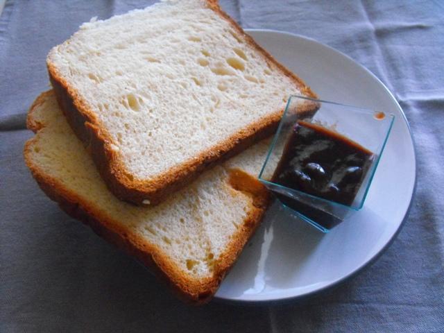 colazione pane e marmellata
