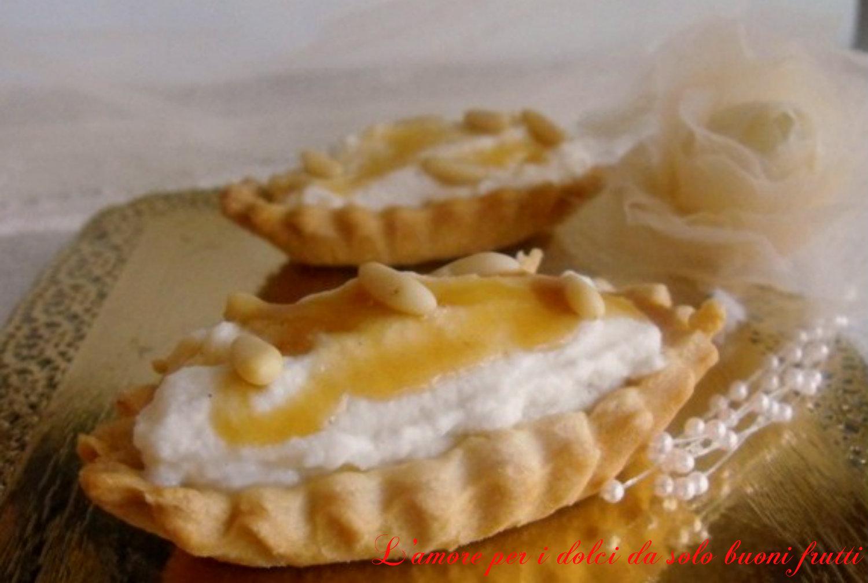 Tartellette ricotta, miele e pinoli