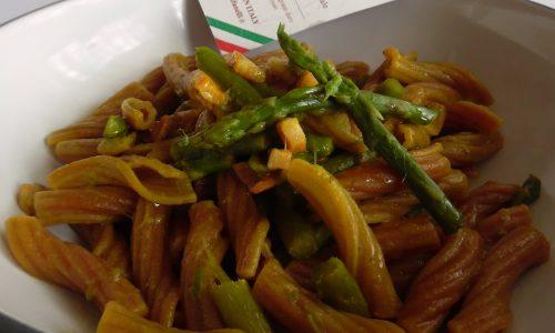 Fiaccole al vino rosso con asparagi e pancetta