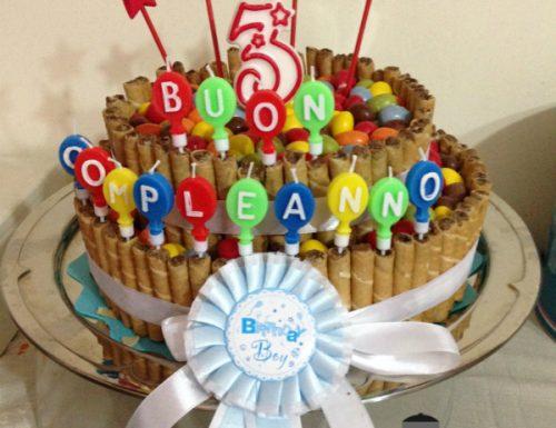 Torta di compleanno al cacao con ganache al cioccolato bianco