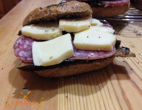 Bagels integrali con melanzane,formaggio,salame
