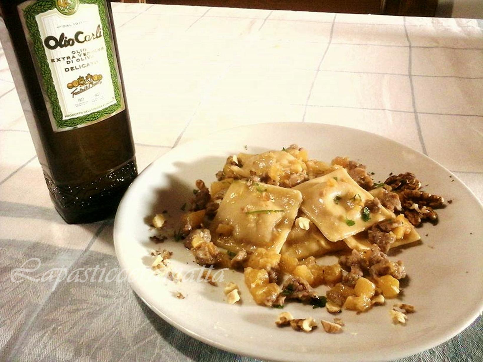 Ravioli ripieni di salsa di noci e robiola con zucca e salsiccia
