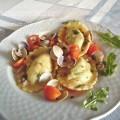 Ravioloni ripieni di patate e rucola con vongole