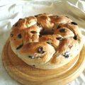 Treccia di pane con olive, pepe e lievito madre